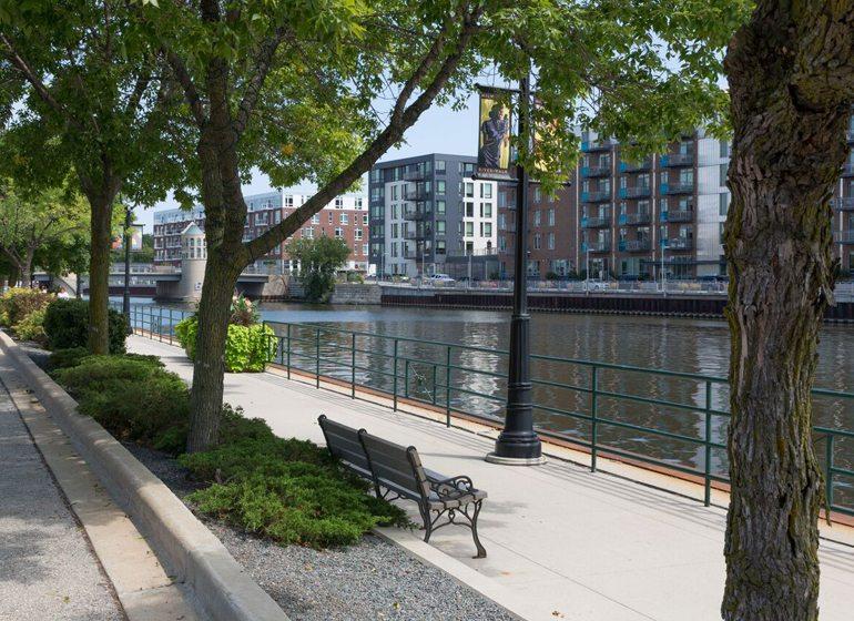 The Milwaukee Riverwalk in front of Schlitz Park.